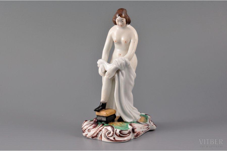 statuete, Jaunkundze velk kājā zeķi, porcelāns, Krievijas impērija, Brāļu Kuzņecovu fabrika, 19. gs. 1. puse, h 18.5 cm, kakla restaurācija