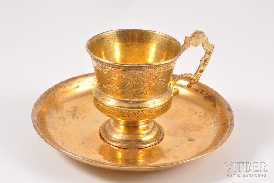 tējas pāris, sudrabs, 84, 875 prove, māksliniecisks gravējums, apzeltījums, 1899-1908 g. (apakštasīte), 73.15+56.60 g, Krievijas impērija, Ø (apakštasīte) 12 cm, h (tasīte) 6 cm, 2 dažādu meistaru darbs