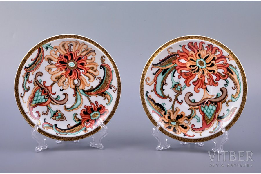 pair of decorative plates, flowers, porcelain, sculpture's work, M.S. Kuznetsov manufactory, handpainted by Vera Travnikova, sketch by Olga Kateneva-Neimane, Riga (Latvia), 1937-1940, 15.5 cm, first grade