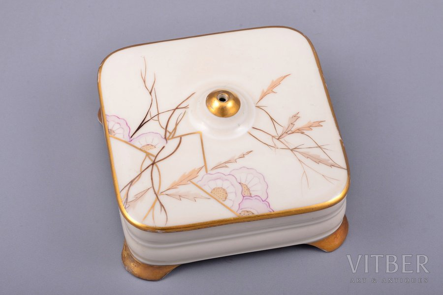 case, porcelain, M.S. Kuznetsov manufactory, signed painter's work, handpainted by Elizaveta Gegello (Malikova), Riga (Latvia), 1934-1936, 10 x 10 x 5.5 cm
