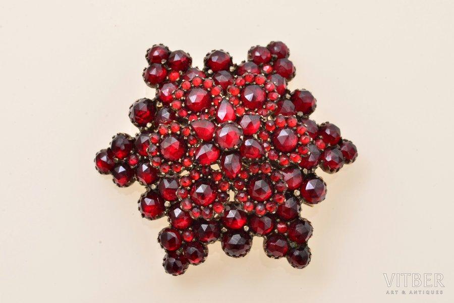 """broša, """"Bohēmijas zvaigzne"""", tombaks, 9.76 g., izstrādājuma izmērs 3.8 x 4.3 cm, granāts"""