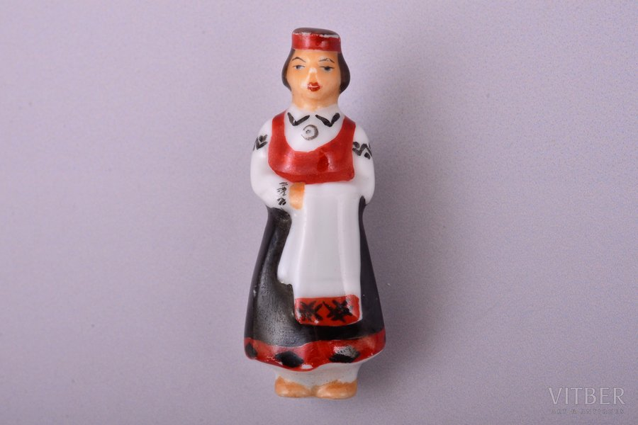brooch, girl in the traditional costume, porcelain, M.S. Kuznetsov manufactory, Riga (Latvia), 1934-1940, 4.1 cm, safety pin is missing
