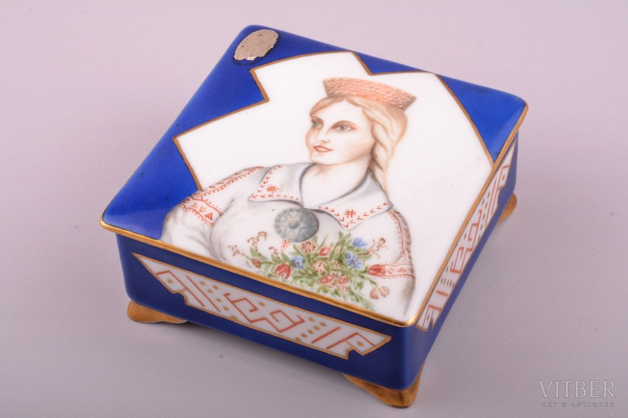 "case, ""Girl in traditional costume"", porcelain, M.S. Kuznetsov manufactory, signed painter's work, handpainted by Vilghelms Reine, Riga (Latvia), 1934-1937, 4 x 8.2 x 8.2 cm"
