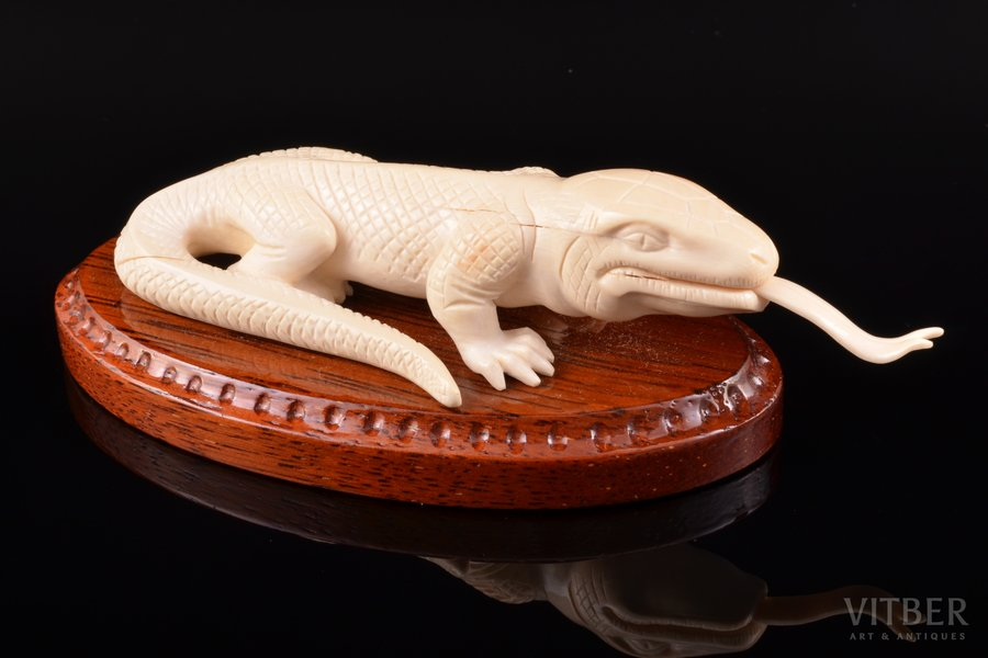 "Statuete, ""Gekons"", mamuta ilknis, 4.3 x 15.2 x 6.8 cm, uz koka pamatnes"