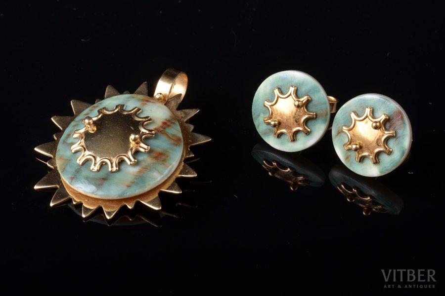 a set, earrings, a pendant, gold, 750, 18 k standart, 5.87 (3.36 + 2.51) g., mother-of-pearl, Kreolor Seychelles, pendant 2.8 x 2.5 cm, earrings Ø 1.2 cm