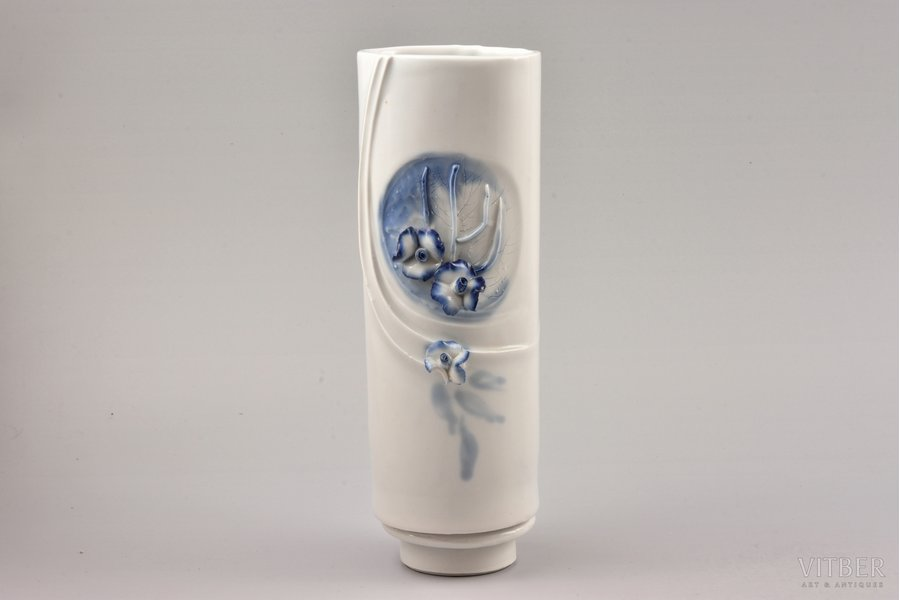 vase, porcelain, sculpture's work, Rīga porcelain factory, Riga (Latvia), USSR, the 70-ties of the 20th cent., 22.5 cm, chipped on one flower petal