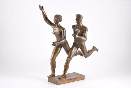 figurālā kompozīcija, Skrējeji, Jeļenas Jansones-Mazizeres autordarbs, skulptors izveidojis kompozīciju pie 2. Vissavienības studentu olimpiādes 1953. gadā Maskavā, bronza, 32.5 cm, svars 3130 g., PSRS, autordarbs, 1953 g.
