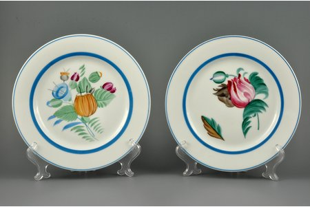 decorative plate pair, Bunch of flowers, porcelain, USSR, State porcelain manufacture (LFZ), handpainted by Kobiletskaya Z.V., the 20ties of 20th cent., 21.4, 21.6 cm
