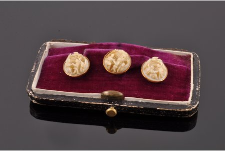 3 buttons, (in a case) East Asian motif, gold, ivory, (total) 5.80 g., the item's dimensions Ø 1.2 cm, the 1st half of the 20th cent.