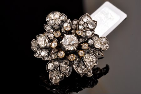 a brooch, gold, 56 standart, 9.12 g., the item's dimensions 3.2 x 2.8 cm, diamonds, (total) ~ 5.15 ct, (central stone) ~0.95 ct, 56, Russia, certificate of quality by Assay Office of Latvia