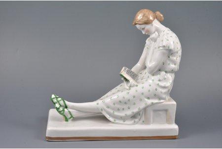 статуэтка, За чтением, фарфор, СССР, ДЗ Дулево, автор модели - Г. Сидоров, 1960 г., первый сорт