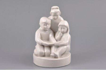 statuete, Bērni ar grāmatu, porcelāns, Rīga (Latvija), PSRS, autordarbs, modeļa autors - Lucia Otilia Zurgina, 1960 g., 13.5 cm