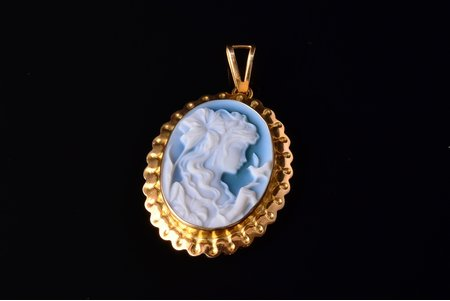 a pendant, cameo in agate, gold, 750 standart, 2.70 g., the item's dimensions 3.4 x 2.1 cm, Italy