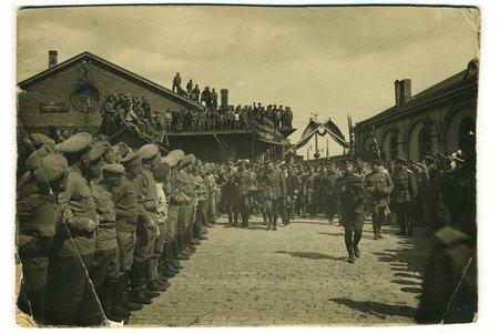 fotogrāfija, uz kartona, Aleksandra Kerenska vizīte Rīgā. Dzelzceļa stacija, 1917.gada 6.jūnijs, Latvija, Krievijas impērija, 20. gs. sākums, 17,6x12,2 cm, 1917.gada 6.jūnijā Rīgu apmeklēja Krievijas kara un jūras ministrs Aleksandrs Kerenskis. Viņu pavadīja Ziemeļu frontes pavēlnieks ģenerālis Ābrams Dragomirovs un 5. Armijas komandieris ģenerālis Jurijs Danilovs. Ministrs saņēma armijas pavēlnieka Rotko-Dmitrijeva ziņojumu