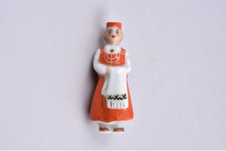 brooch, girl in the traditional costume, porcelain, M.S. Kuznetsov manufactory, Riga (Latvia), 1934-1940, 4.1 cm