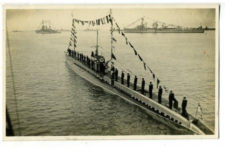 """fotogrāfija, LA, zemūdene """"Spīdola"""" 10.gadi Kara flotei parādē Liepājas reidā, Latvija, 20. gs. 20-30tie g., 13,8x8,6 cm"""