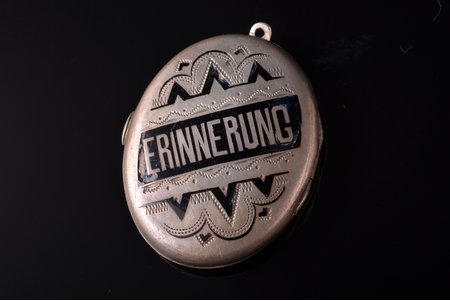 "a medallion, ""Erinnerung"" (""Memory""), with photography, silver, enamel, 10.51 g., the item's dimensions 3.83 x 2.9 cm, enamel defects"