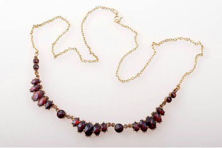 a necklace, gold double, 7.79 g., the item's dimensions 48.5 cm, garnet