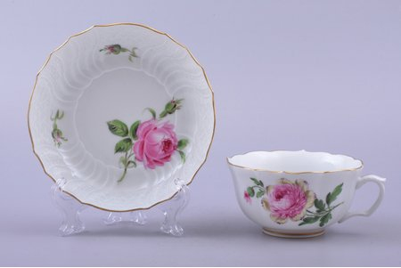 tea pair, porcelain, Meissen, Germany, Ø (saucer) 13.1 cm, h (cup) 5.2 cm, insignificant micro chip on the edge of cup