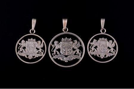 комплект из 3 кулонов из монет, с гербом Латвии, серебро, 13.07 г., размер изделия 3.1 x 2.7 / 2.7 x 2.3 см, Латвия