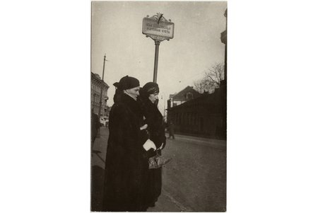 photography, ladies at the tram stop, Latvia, 20-30ties of 20th cent., 13.8 x 8.9 cm