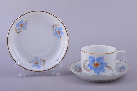 tējas pāris, ar 2 apakštasītēm, porcelāns, M.S. Kuzņecova rūpnīca, Rīga (Latvija), 1934-1940 g., h (tasīte) 6 cm, Ø (apakštasīte) 14.4 cm, trešā šķira
