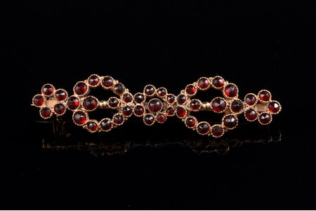 a brooch, gold, 4.58 g., the item's dimensions 5.3 x 1.25 cm, garnet, gold fineness 59.3 %