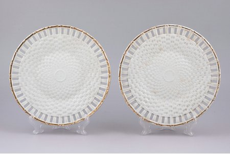 pair of plates, porcelain, M.S. Kuznetsov manufactory, Russia, the border of the 19th and the 20th centuries, Ø 19 cm
