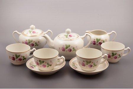 """komplekts, priekšmeti no servīzes """"Bitīte"""": tējkanna, cukurtrauks, krējuma trauks, 2 tējas pāri, 2 tasītes, porcelāns, Rīgas porcelāna rūpnīca, roku gleznojums, Rīga (Latvija), PSRS, 1948-1970 g., h (tējkanna ar vāku) 12 cm, h (tasīte) 6.3 cm, Ø (apakštasīte) 14.4 cm, otrā šķira, divas no tasītēm - 3. šķira"""
