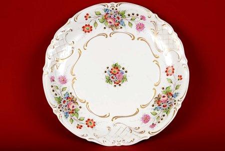 decorative plate, Handpaintes Aleksandr Belokpitov, sculpture's work, Rīga porcelain factory, Riga (Latvia), USSR, the 40ies of 20th cent., 26.5 cm